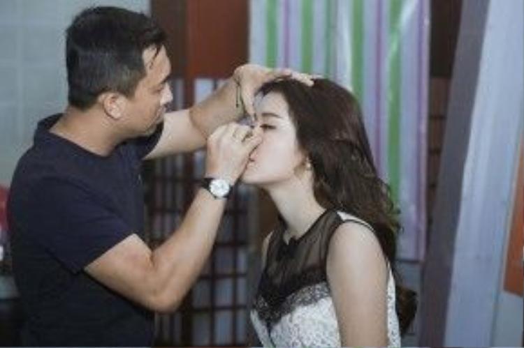 """Chuyên gia trang điểm Tony Nguyễn tranh thủ """"tút tát"""" lại cho Huyền My trước khi ghi hình."""