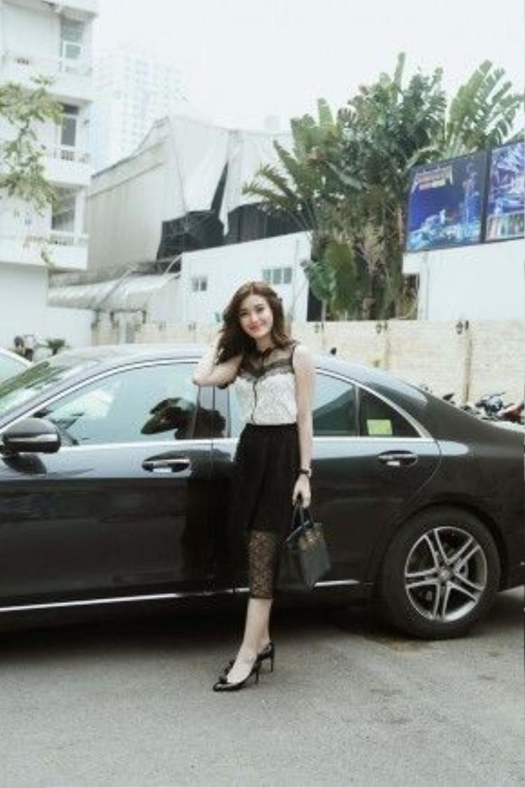 Có mặt tại trường quay VTV làm khách mời trong một chương trình truyền hình, Huyền My diện bộ cánh ren đen - trắng và xách túi Hermes đắt tiền.