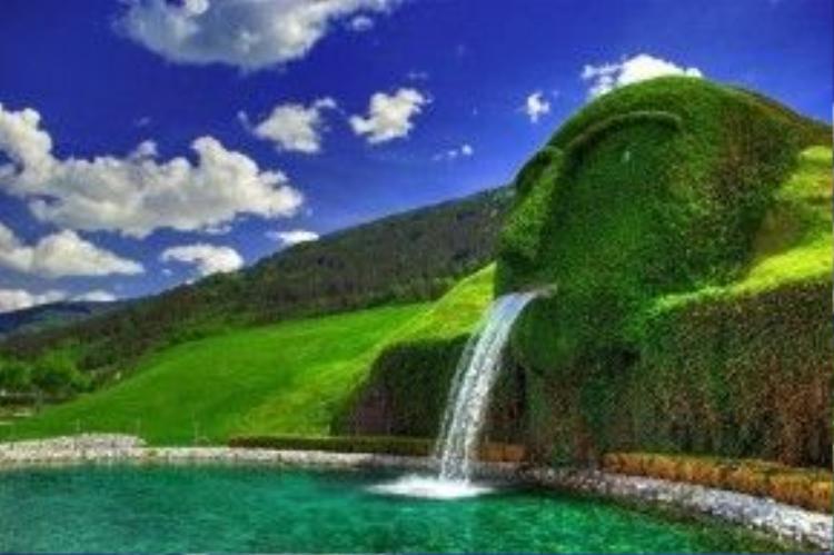 Đài phun nước Swarovski, Áo được nghệ sĩ André Heller tạo ra vào năm 1995 nhân dịp lễ kỷ niệm 100 năm ngày sáng lập hãng pha lê Swarovski.