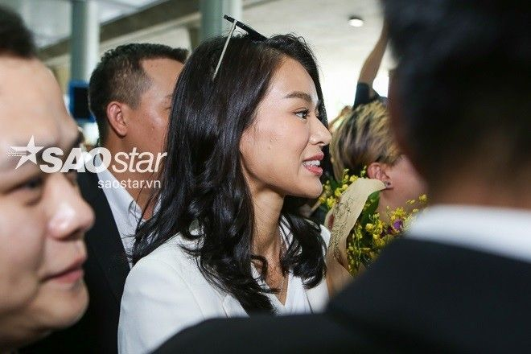 Hồ Hạnh Nhi rạng rỡ xuất hiện tại Tân Sơn Nhất cùng chồng mới cưới