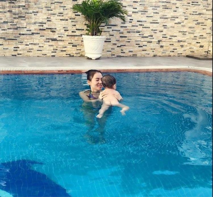 Fan thích thú khoảnh khắc ông xã dùng một tay bế cả hai mẹ con Thu Minh dưới hồ bơi