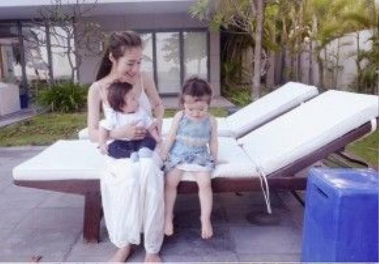 Giây phút bình yên của Elly Trần bên hai con.