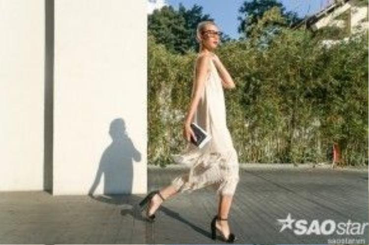 """""""It Girl"""" Việt chọn giày ankle-trap sandal đính lôn cùng kính mát Gentle Monster làm phụ kiện cho bộ trang phục thêm đẹp mắt."""