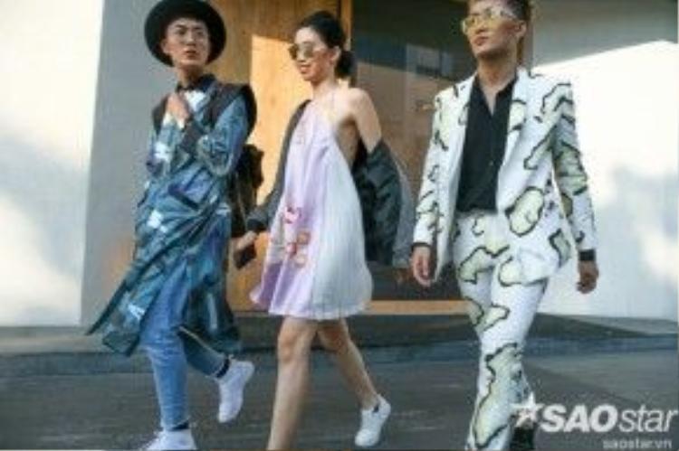 Kim Phương bay bổng cùng slip dress màu hồng pastel thêu họa tiết của Tinyink, bomber jacket cùng giày sneaker năng động.