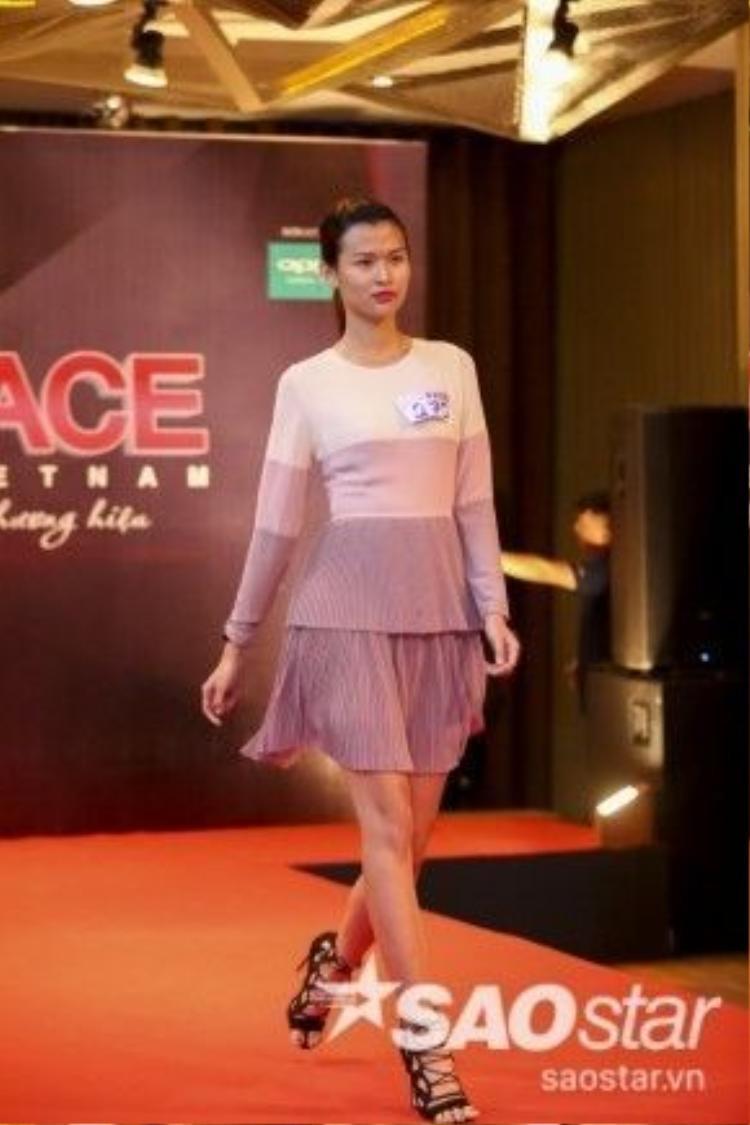 Thiên Trang - Top 3 Vietnam's Next Top Model tự tin sải bước tại phần thi catwalk của buổi casting