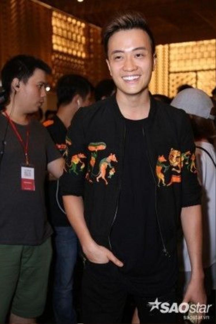Nam diễn viên Lương Mạnh Hải diện áo bomber, hot trend của tín đồ thời trang đang rất được ưa chuộng trong hè năm nay. Hoạ tiết của chiếc áo được lấy cảm hứng từ câu chuyện cổ tích dân gian Việt Nam - Đám cưới chuột siêu ấn tượng.