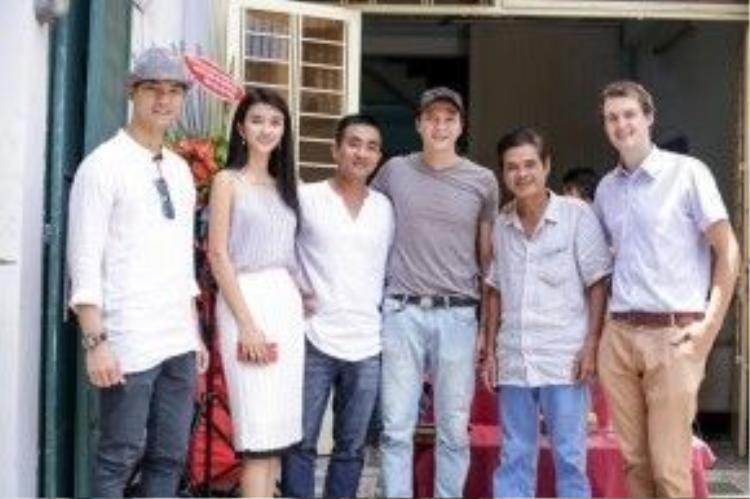 Kim Tuyến chụp hình cùng các diễn viên nam là Quốc Trường, Nhan Phúc Vinh và Dương Hoàng Anh,những đồng nghiệp này sẽ vào vai người tình của cô trong phim.