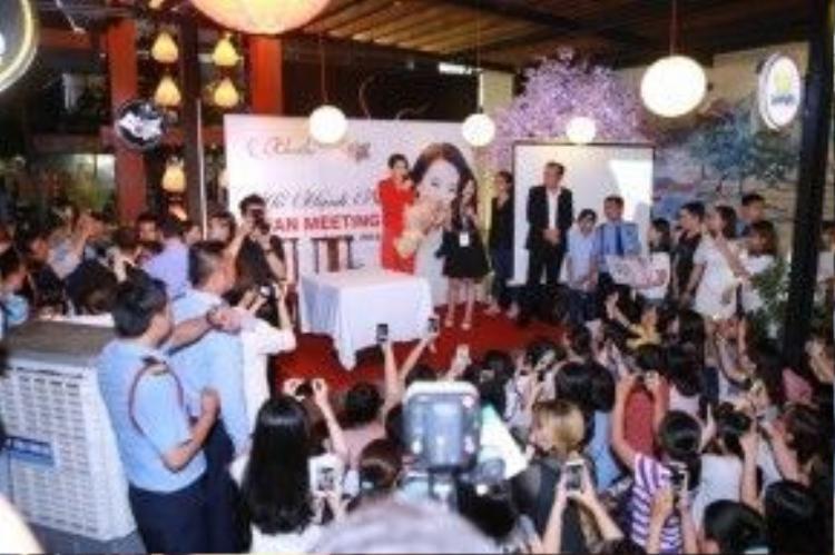 Dù buổi off fan diễn ra vào lúc khá muộn nhưng đã có rất nhiều fan của Hồ Hạnh Nhi tại Việt Nam tham gia với mong muốn được trò chuyện và chụp ảnh cùng thần tượng.