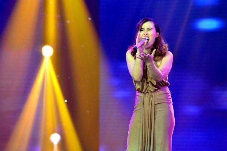 Giọng ca Hà Hồ  Mỹ Tâm ôm hôn Dương Khắc Linh, Tùng Dương ngay trên sóng truyền hình