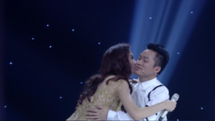 Riêng Tùng Dương cô không ngần ngại dành nụ hôn ngay trên sóng truyền hình