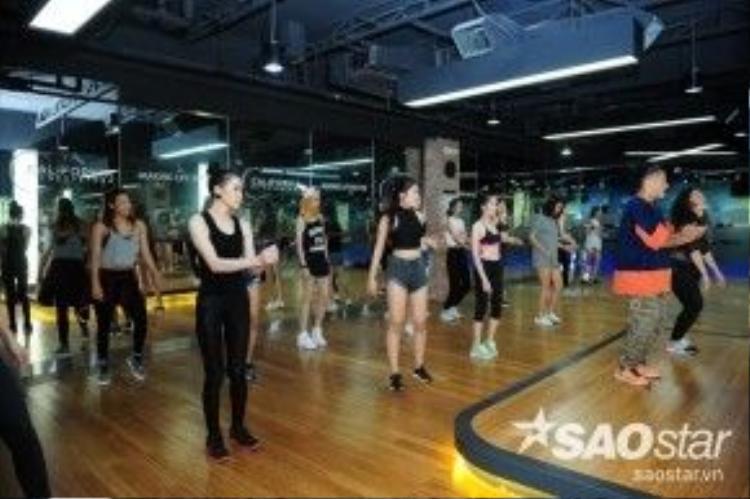 Ngoài việc luyện tập catwalk cùng chuyên gia Henri Hurbet thì vũ đạo cũng là một bài học hàng ngày của các thí sinh.