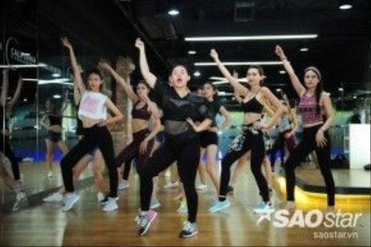 """Có thể nói, vũ đạo chính là """"liều thuốc"""" giúp các bạn dễ dàng thể hiện bản thân cũng như tự tin hơn trước ống kính và trên sàn catwalk."""