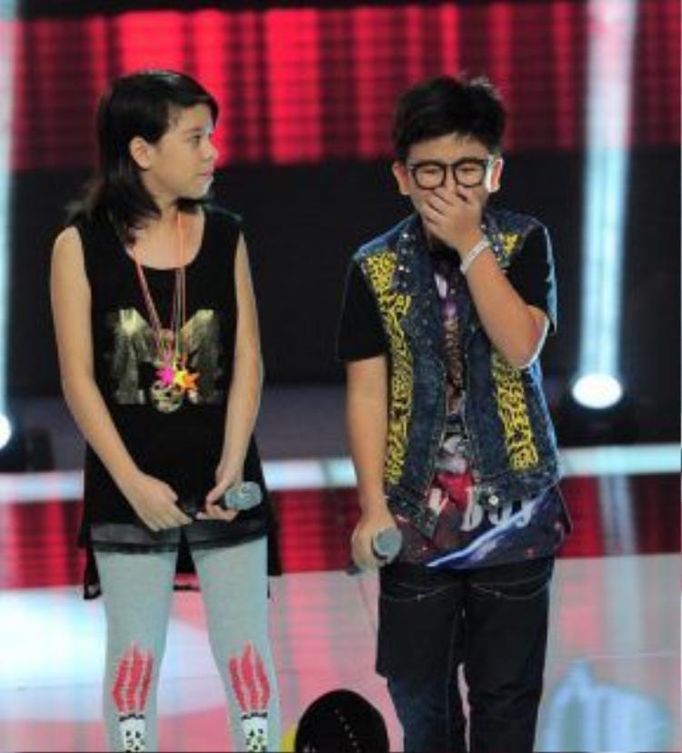 Chiara ngậm ngùi nhìn Tôn Chí Long đi tiếp ở phút 90 vòng Đối đầu Giọng hát Việt Nhí 2014.