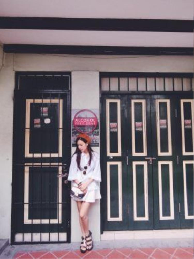 Màu trắng tinh khôi lại một lần nữa được Midu tận dụng với set đồ này. Chiếc áo tay bèo to kết hợp cùng chân váy có lẽ chưa bao giờ là lựa chọn sai lầm cho các cô nàng.
