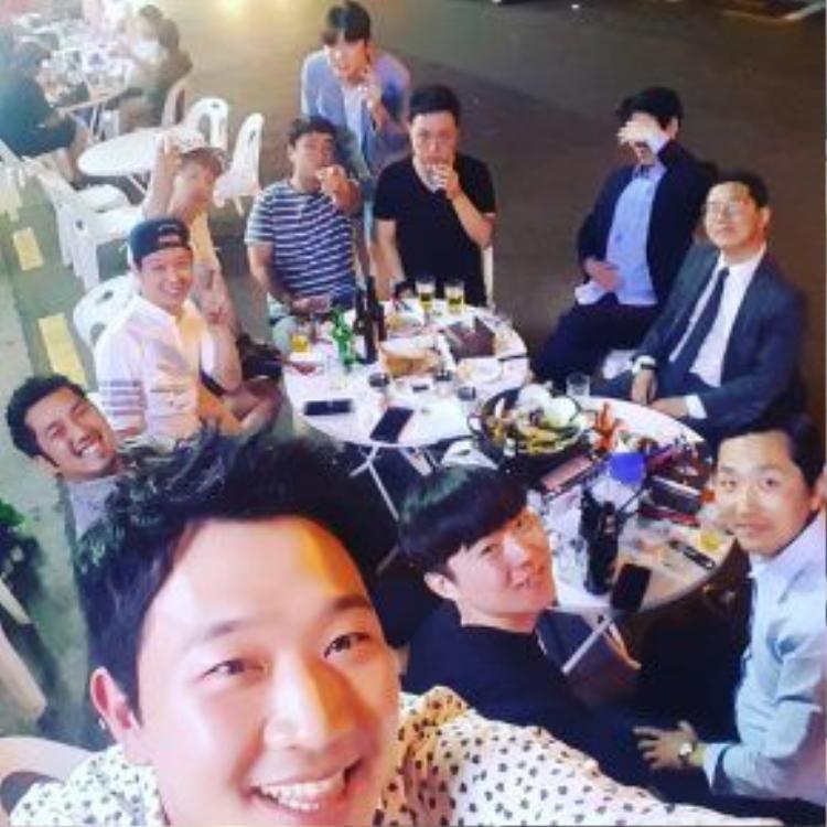 Hình ảnh Yoochun đi ăn cùng bạn bè vào tối xảy ra sự việc (3/6).