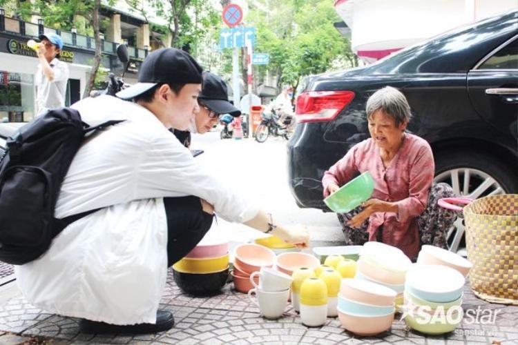 Ngưỡng mộ sức mạnh của bà cụ bán gốm dạo ở chợ Bến Thành