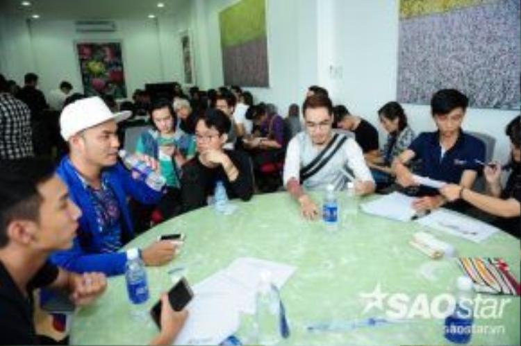 Từ 8h sáng, rất đông thí sinh đã xuất hiện tại địa điểm tuyển sinhđể đăng kí dự thi.