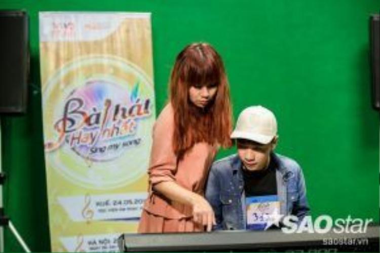 Nhạc sĩ Lưu Thiên Hương hướng dẫn chi tiết cho các thí sinh.
