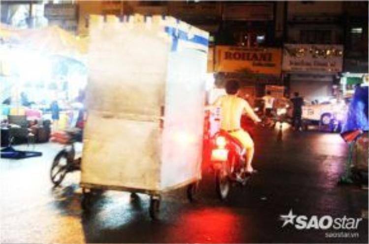 Nhịp sống luôn vội vã, ồn ào tại Chợ đêm Bến Thành.