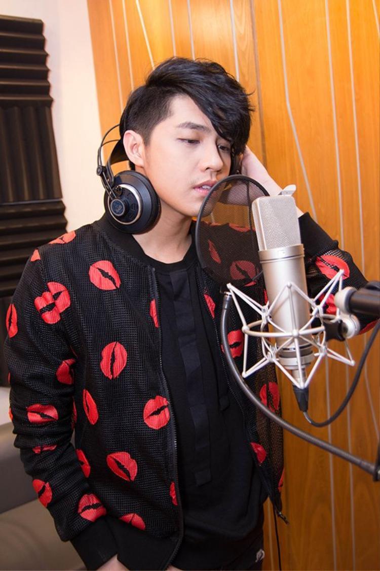 Noo Phước Thịnh làm mặt ngầu khi hát nhạc phim kinh dị có Hoài Linh