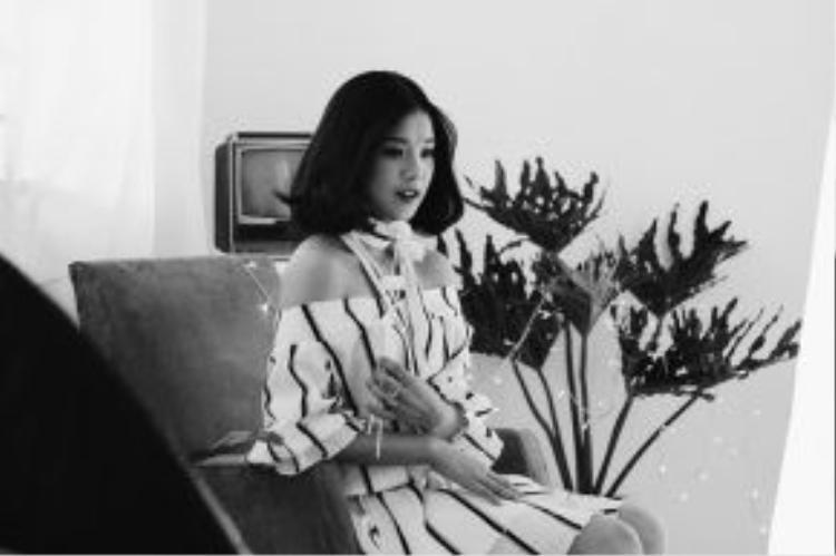 """Hoàng Yến chia sẻ cảm xúc về ca khúc: """"Ngay khi nghe chị Hari Won hát lần đầu tiên, Yến đã """"đứng hình"""" và ám ảnh mãi bởi câu hát 'Mình buồn vì tim mình đau. Mình buồn thì ai thấu đâu?'.Anh cứ đi đi cứ như chạmđúng vào tâm trạng của mình, dù buồn lắm nhưng cứ nghe mãi, hát theo mãi như bị… """"ma ám"""" vậy""""."""