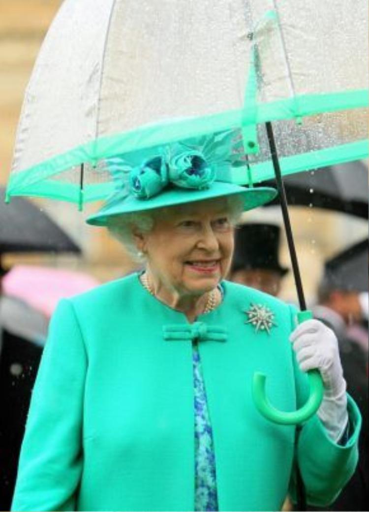 Nữ hoàng Anh Elizabeth II vốn luôn nổi tiếng với phong cách thời trang rực rỡ sắc màu trong suốt những năm qua.