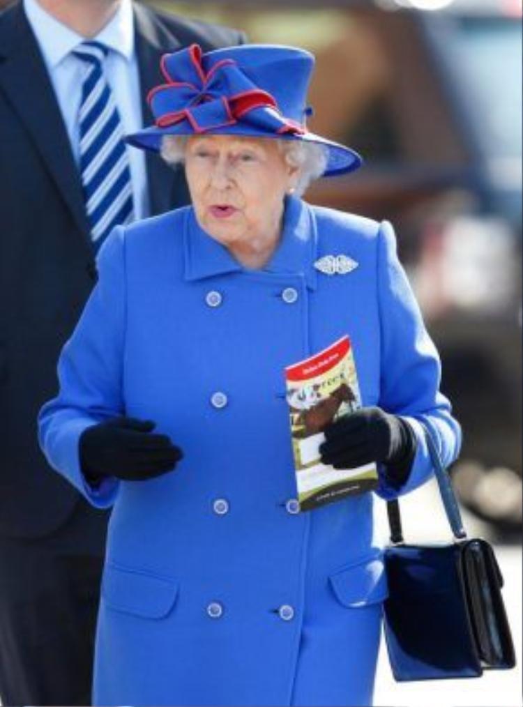 """Nữ hoàng thường xuyên diện đồ """"chóe"""" không phải do sở thích cá nhân mà là để người dân có thể dễ dàng nhìn thấy bà."""