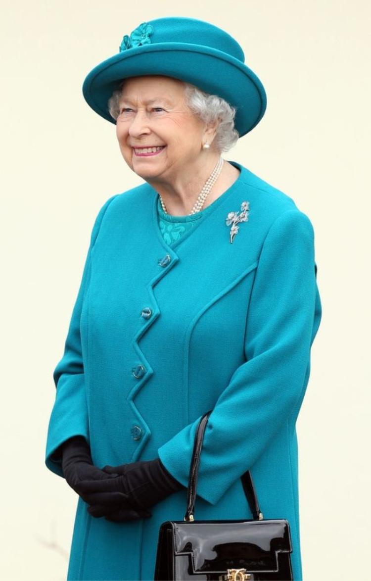 Lý do xúc động đằng sau phong cách thời trang chóe lọe của Nữ hoàng Anh