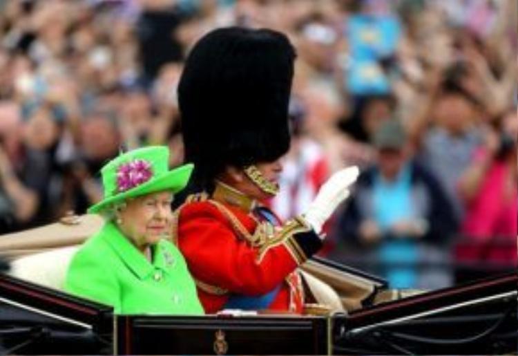 Trong buổi lễ mừng sinh nhật lần thứ 90 của mình cách đây không lâu, Nữ hoàng Elizabeth II đã giữ nguyên công thức thời trang quen thuộc khi xuất hiện trên phố với một bộ cánh màu xanh chuối rực rỡ.