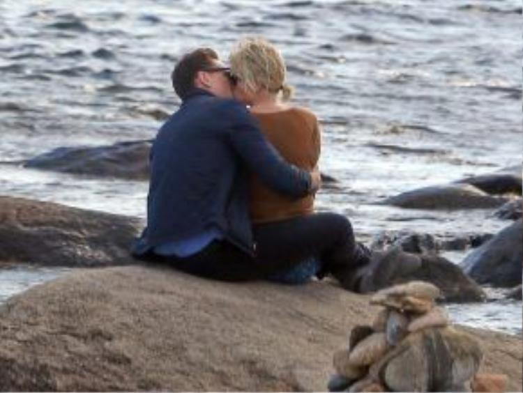 Cả hai không ngừng trao cho nhau những nụ hôn lãng mạn.