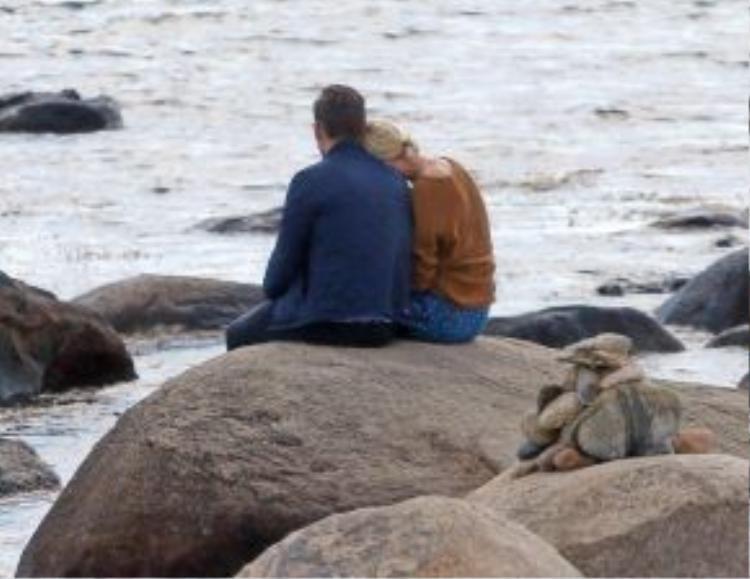 Khoảnh khắc lãng mạn khi Taylor Swift ngả đầu vào vai Tom Hiddleston.
