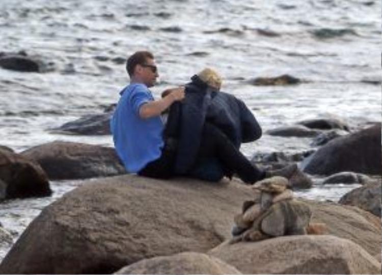 Chàng Loki lịch thiệp và săn sóc cho bạn gái, anh cởi áo khoác cho Taylor khi cô bị lạnh.