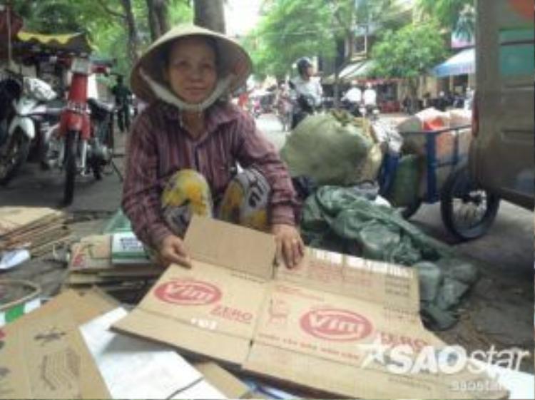 Chị Thùy, quê ở Bình Định, đã gắn bó với nghề nhặt ve chai suốt 20 năm.