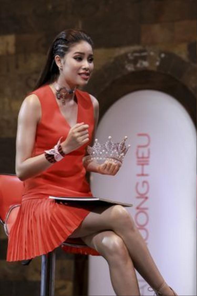 """Thậm chí cô còn lấy vương miện mà cô đoạt được với danh hiệu Hoa hậu tại cuộc thi Hoa hậu Hoàn Vũ để thu hút thí sinh về đội: """"Chị tự tin có thể biến em giống như chị lúc này và có được những gì như chị ngày hôm nay."""""""