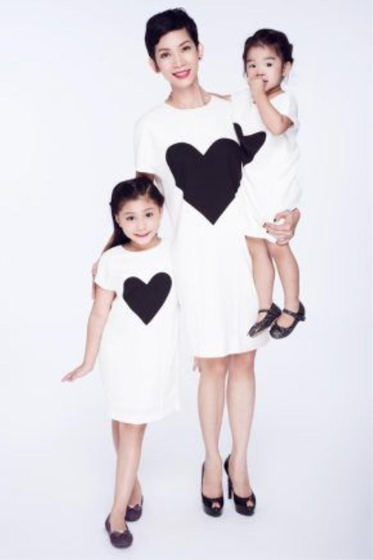Diện trang phục giống nhau trong bộ ảnh mới, ba mẹ con Xuân Lan nhanh chóng chiếm được tình cảm người hâm mộ. Người đẹp liên tục dành những nụ cười rạng rỡ, thoải mái khi ở cạnh hai con.