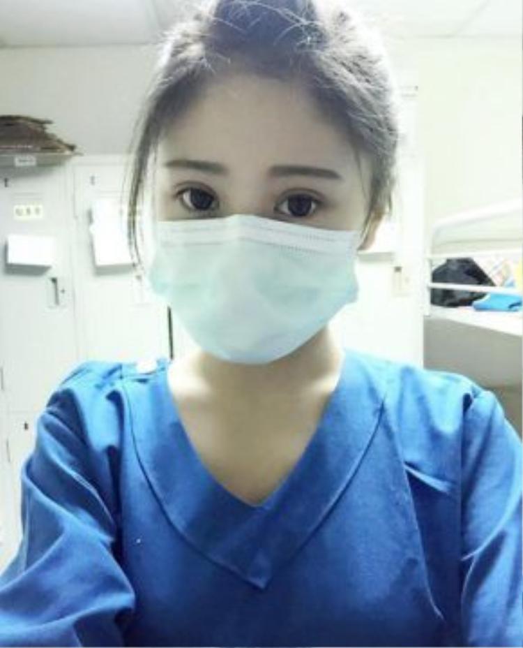 Nữ y tá xinh đẹp gây bão mạng.