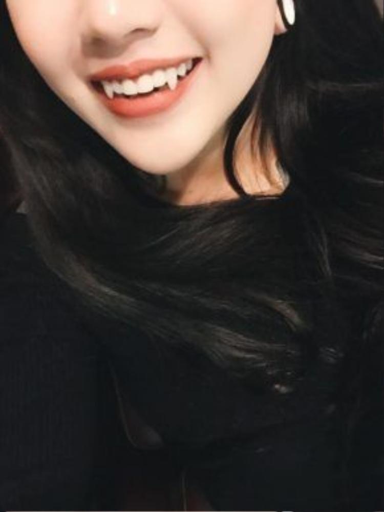 Cô nàng rất hay khoe hình răng sắc nhọn với nụ cười quyến rũ trên trang cá nhân của mình.