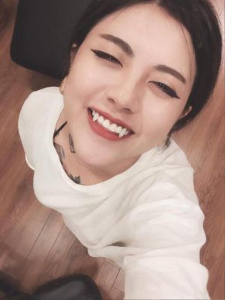 Cô nàng hot girl xăm hình bậc nhất Hà Thành Lee Zin là một trong những người đi đầu giới trẻ ở đây với xu hướng độ răng nanh.