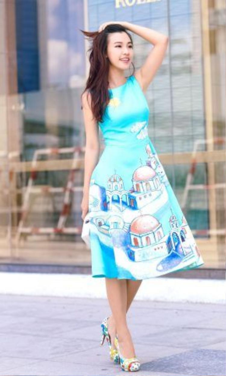 Màu xanh mát của thiết kế càng nổi bật nhờ các phụ kiện đi kèm như giày cao gót họa tiết, cluch túi hộp hiện đại, trẻ trung!