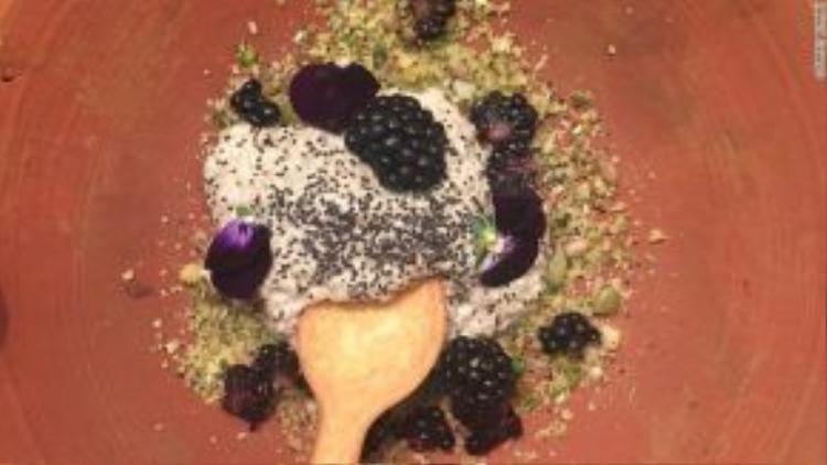 Các món ăn đều được trình bày trong bát đĩa bằng gốm thủ công, sử dụng dao dĩa ăn được.