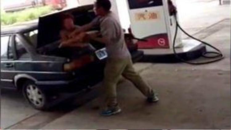 Người phụ nữ liên tục bị bạt tai, chửi bới thậm tệ trước khi bị nhốt chặt trong cốp xe.