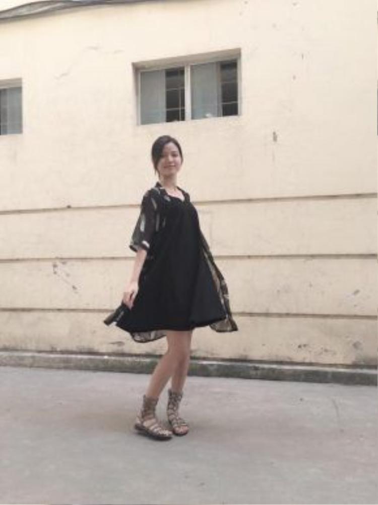 Cũng là màu đen nhưng trông Đào Nhung nữ tính và nhẹ nhàng hơn. Chiếc váy đen dáng suông tưởng chừng đơn giản nhưng khi được kết hợp với áo kimono họa tiết khoác ngoài và đôi sandals chiến binh lại tạo ra một vẻ ngoài không hề nhàm chán.