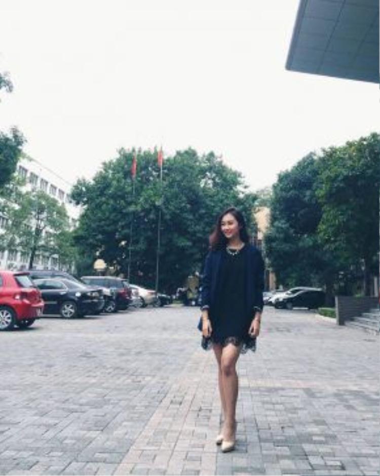 Lan Anh lại chững chạc hơn với váy đen và blazer xanh tím than khoác ngoài. Bên cạnh đó, cô bạn còn nhấn nhá bằng đôi giày cao gót tông nude cho thêm phần điệu đà.