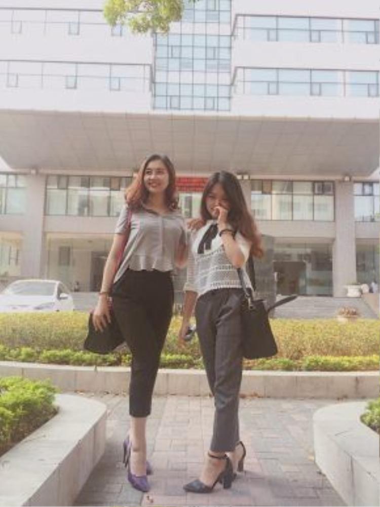 """Hai cô bạn thân Lan Anh và Vân Anh với hai bộ trang phục khá giống style của nhau. Quần tây lửng và áo ngắn ngang eo cùng giày cao gót luôn là combo khiến các bạn nữ luôn đẹp mà không quá """"dừ""""."""