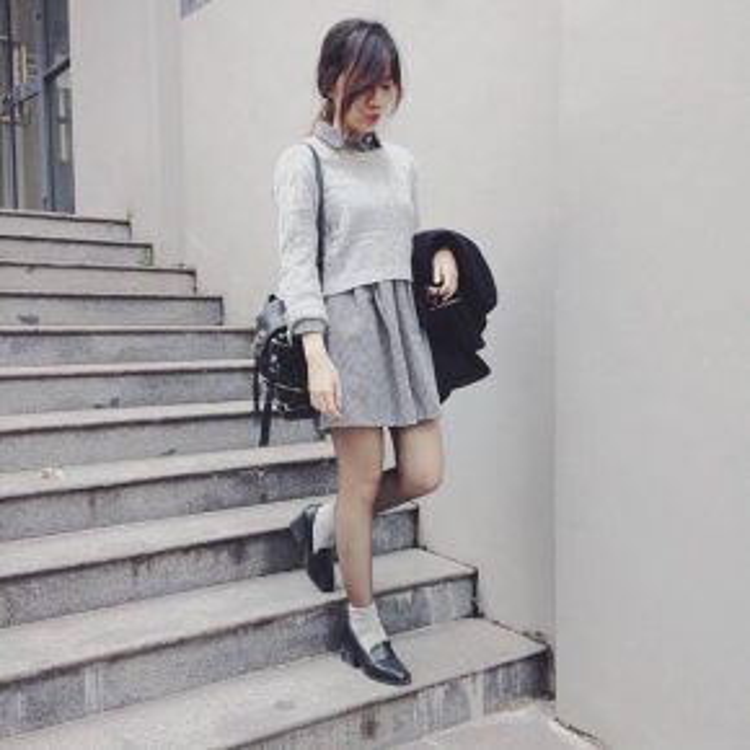 Bạn Thanh Hiền lại lấy tông xám làm chủ đạo cho bộ trang phục của mình. Cô bạn phối áo len dài tay dáng crop-top với chân váy kẻ cùng tông màu. Thêm đôi giày oxford đế cao nữa là cô bạn trông vô cùng xinh xắn trong bộ đồ này.