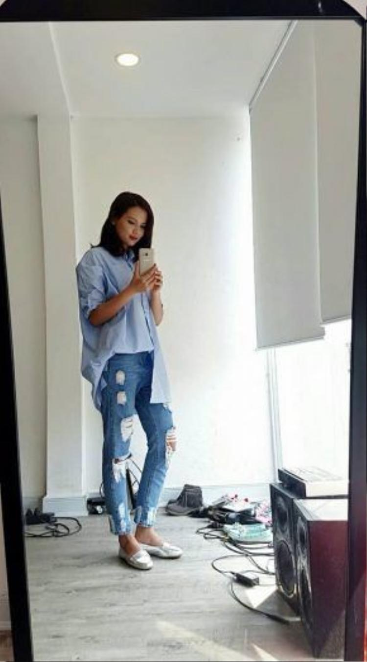 Đây là cô gái mà bất cứ ai trong ngành thời trang cũng khá quen mặt: Á quân của chương trình tìm kiếm người mẫu Tiêu Ngọc Linh. Ngoài vẻ lạnh lùng trong những shoot hình, Tiêu Ngọc Linh khi tới trường lại vô cùng giản dị với những item quen thuộc như áo sơmi boyfriend oversize và quần jeans rách.