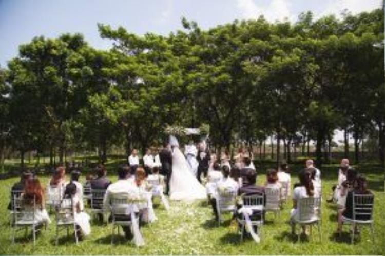 MV tái hiện lại một đám cưới ngoài trời. Phân cảnh được đầu tư hoa tươi và trang phục như một đám cưới thật.