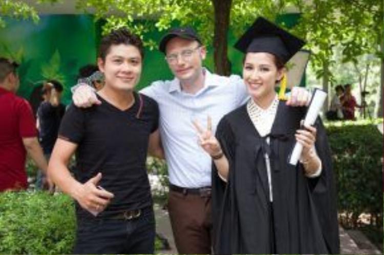 Nguyễn Văn Chung xuất hiện trong hậu trường MV. Anh chia sẻ sựmong đợi sản phẩm ra mắt bởi anh cho rằng, phẩm chất từ Kyo rất phù hợp với Khi cha già đi. Anh từng biết đến Kyo - một người nước ngoài có nhiểu đóng góp tích cực cho xã hội và nghị lực ở bản thân rất lớn của Kyo đã tác động đến giới trẻ Việt Nam.