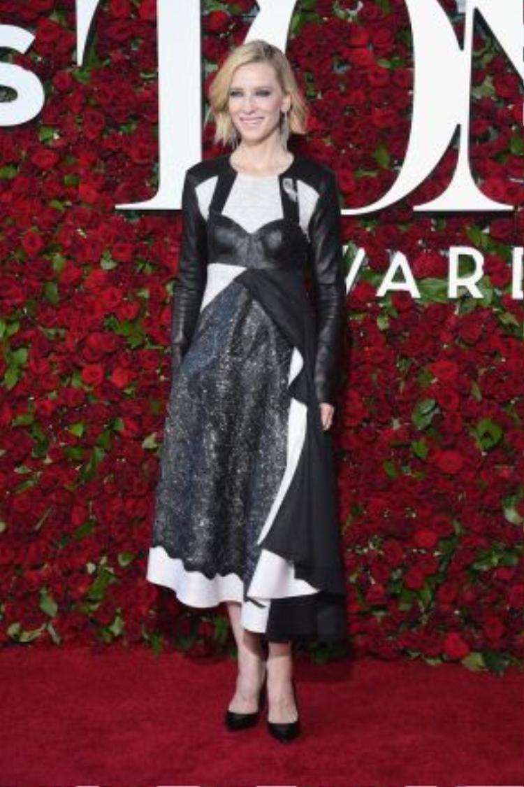 Nữ diễn viên Cate Blancett xuất hiện khác lạ với trang phục đến từ thương hiệu Louis Vuitton và trang sức Repossi. Người đẹp mang đến thảm đỏ phong cách mang hơi hướng vị lai giúp cô nổi bật giữa dàn sao trong đêm trao giải.
