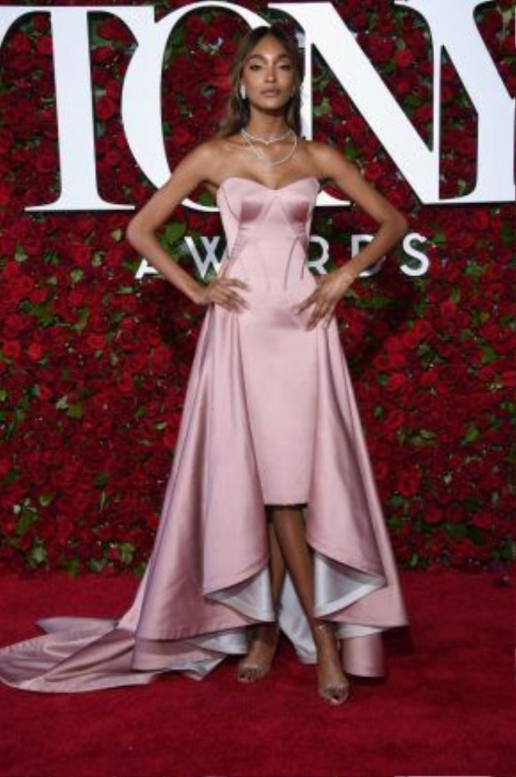 Nhắc đến Jordan Dunn không ai không biết đến một siêu mẫu tài năng trong làng thời trang và cũng là gương mặt đại diện cho nhiều nhãn hàng trên thế giới. Đến với đêm trao giải người đẹp mặc một thiết kế từ thương hiệu Zac Posen và trang sức Lorraine Schwartz.